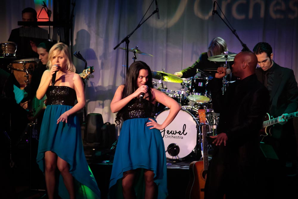 Jewel-Orchestra-on-Stage
